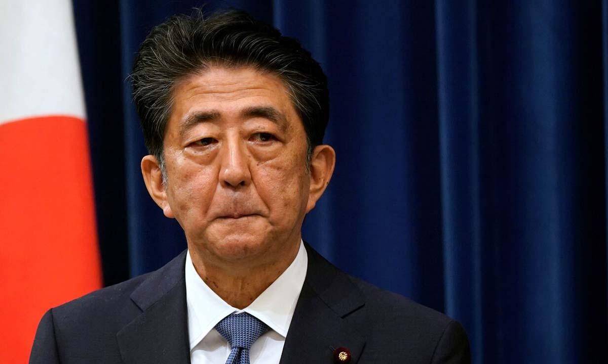 Thủ tướng Nhật Shinzo Abe tại cuộc họp báo tuyên bố từ chức ở Tokyo hôm 28/8. Ảnh: Reuters.