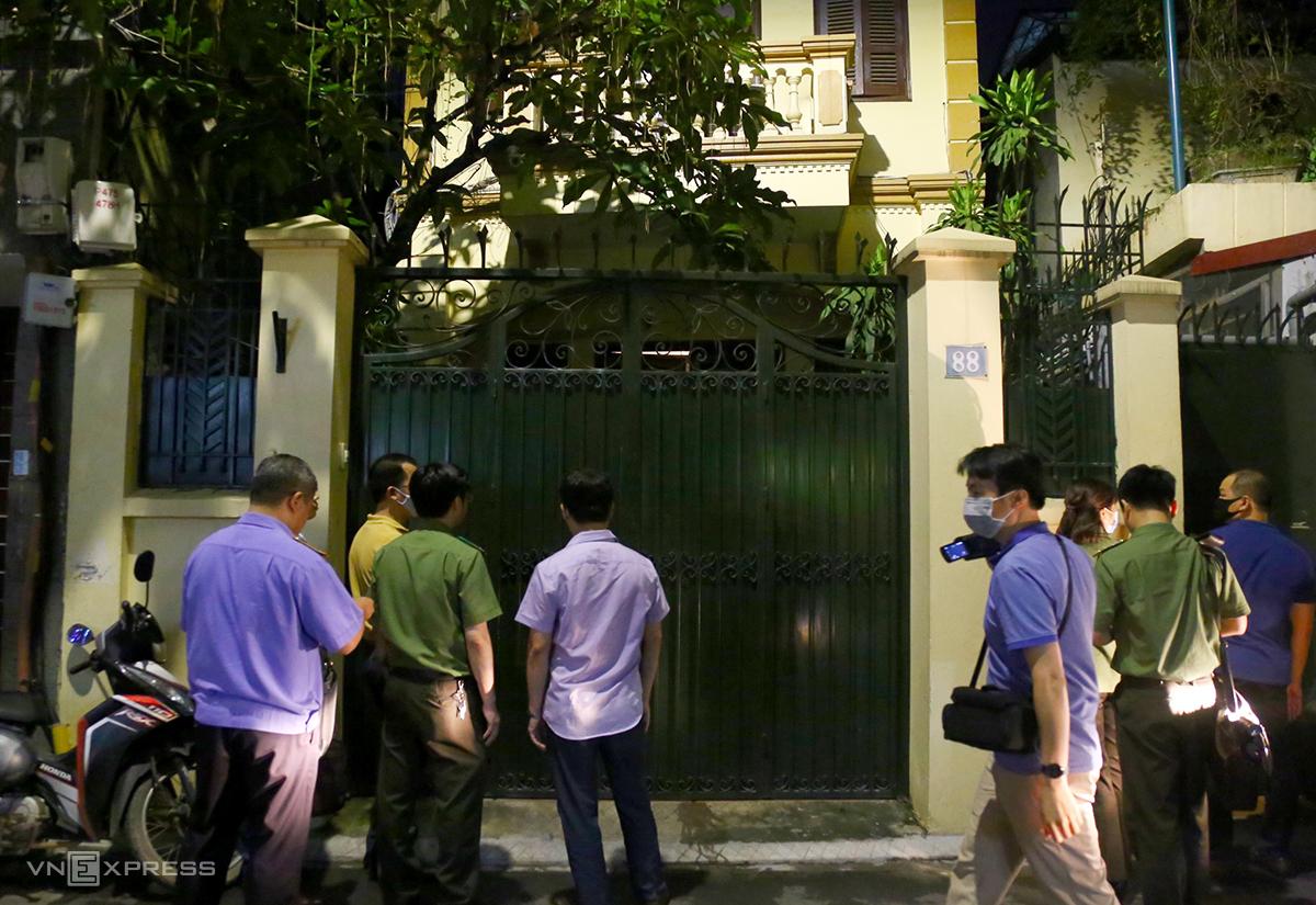 10 cán bộ điều tra, kiểm sát viên đến nhà ông Chung để khám xét. Ảnh: Phạm Dự