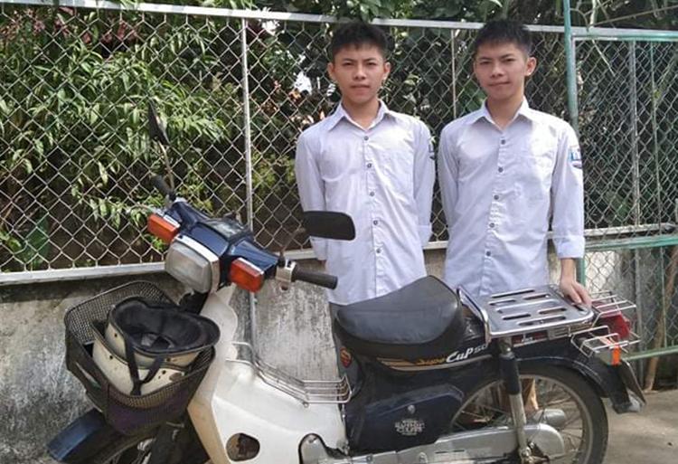 Hai anh em Hoàng bên chiếc xe máy dùng để đi học 3 năm THPT.