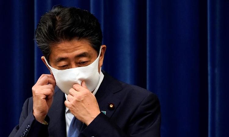 Thủ tướng Nhật Bản Shinzo Abe trước khi bước vào cuộc họp báo thông báo quyết định từ chức của ông tại Tokyo ngày 28/8. Ảnh: Reuters.