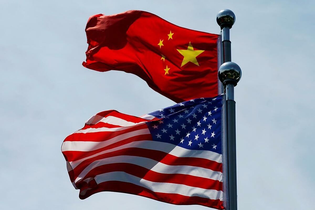 Cờ Mỹ và Trung Quốc tại bến Thượng Hải hồi tháng 7. Ảnh: Reuters.