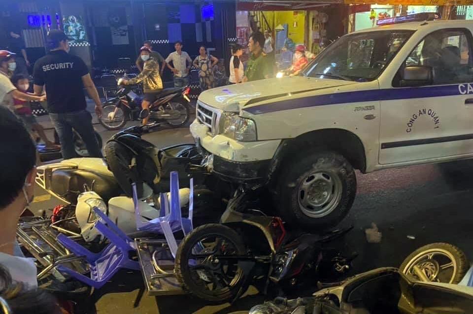 Chiếc xe Công an phường Phạm Ngũ Lão tông nhiều xe máy và bàn ghế của quán nhậu. Ảnh:Minh Thùy.