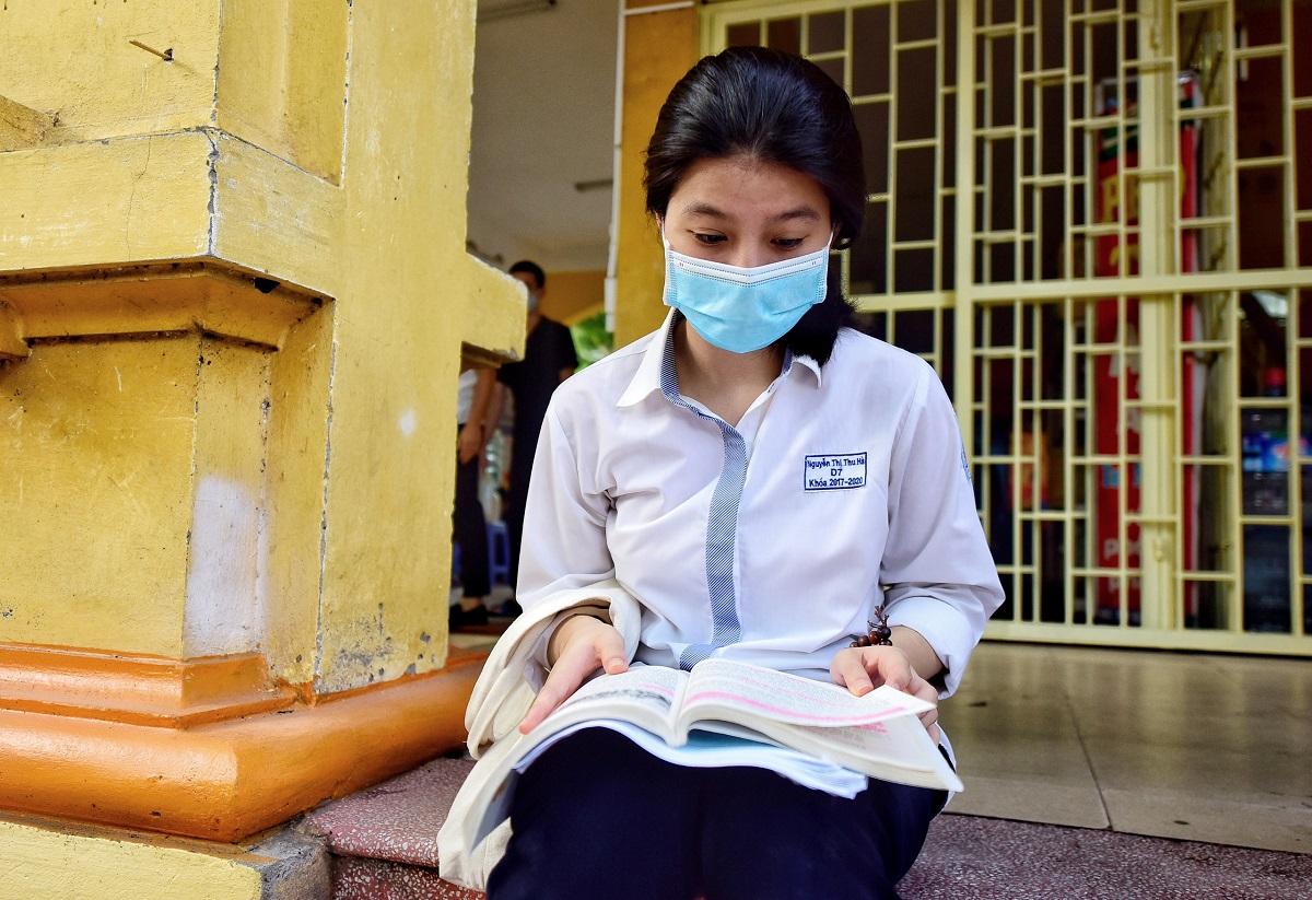Thí sinh ôn bài trước khi vào phòng thi tốt nghiệp THPT 2020 tại Hà Nội. Ảnh: Giang Huy