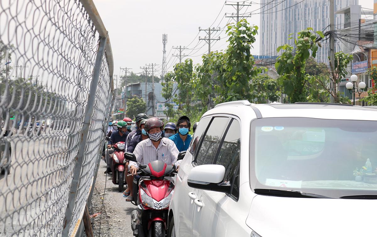 Dòng xe di chuyển chật vật trên đường Lương Định Của ở cả hai hướng qua rào chắn dài hơn 300 m, gần giao lộ đường Mai Chí Thọ (quận 2), trưa 15/8. Ảnh: Gia Minh