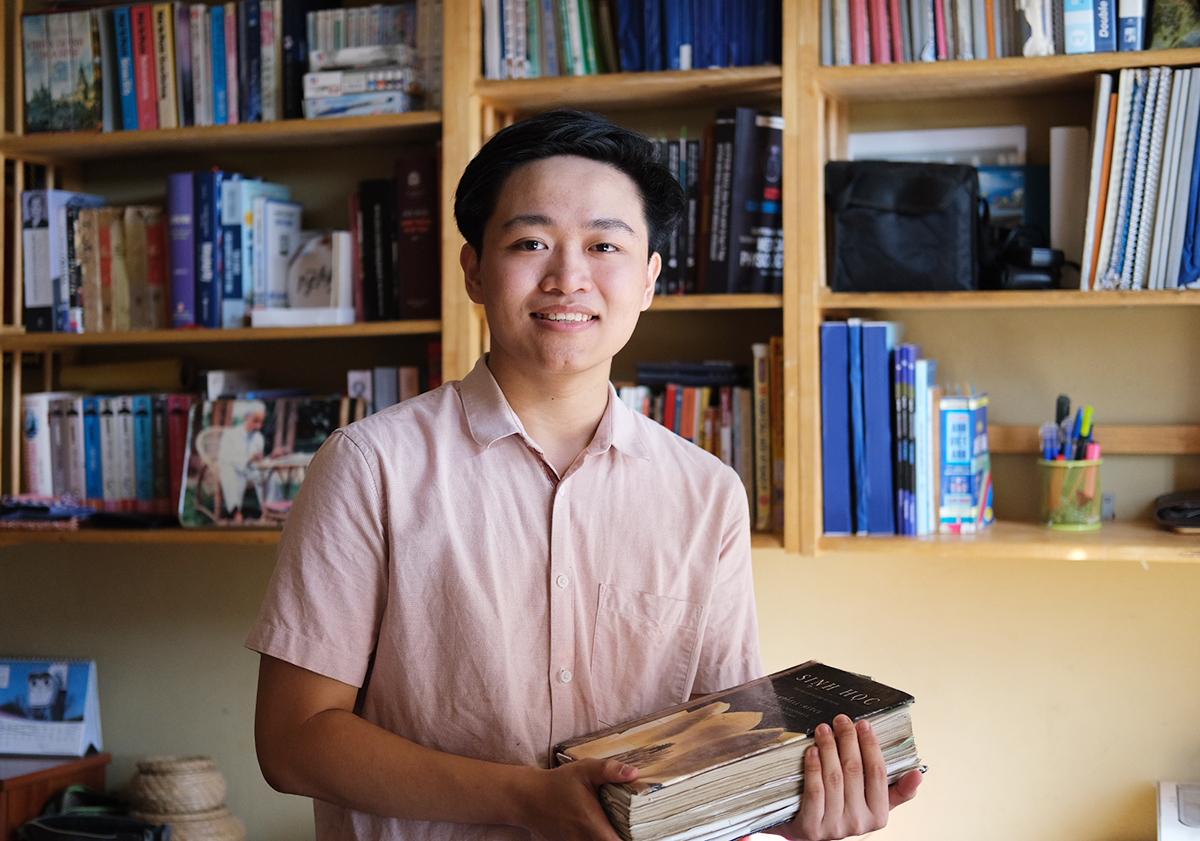 Đồng Ngọc Hà cầm trên tay cuốn Sinh học Campbell thần thánh bên góc học tập của mình tại nhà Ảnh: Dương Tâm.