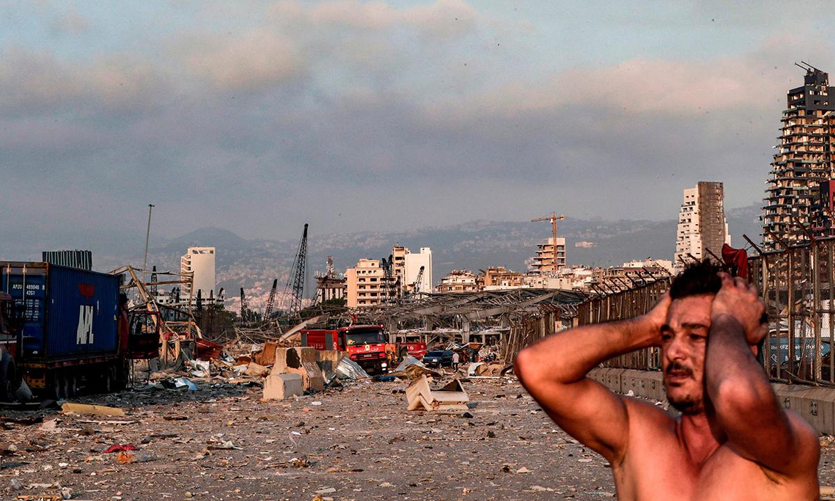 Người đàn ông ôm đầu khi chứng kiến cảnh tượng sau vụ nổ ở cảng Beirut hôm 4/8. Ảnh: AFP.