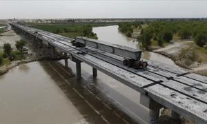Trung Quốc xây cầu cao tốc vượt sông giữa sa mạc