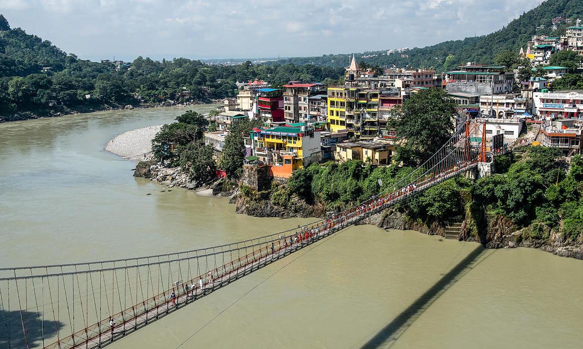 Cầu Lakshman Jhula bắc qua sông Hằng ở thành phố Rishikesh, bang Uttarakhand, Ấn Độ. Ảnh: AFP.