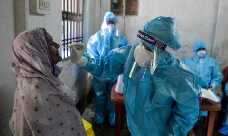 Nhân viên y tế Ấn Độ lấy mẫu xét nghiệm nCoV cho người dân ở thành phố Siliguri, bang Tây Bengal, hôm 29/8