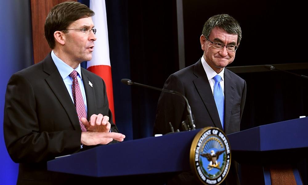 Mark Esper và Taro Kono tại họp báo ở Lầu Năm Góc, thủ đô Washington, Mỹ, ngày 14/1. Ảnh: AFP.