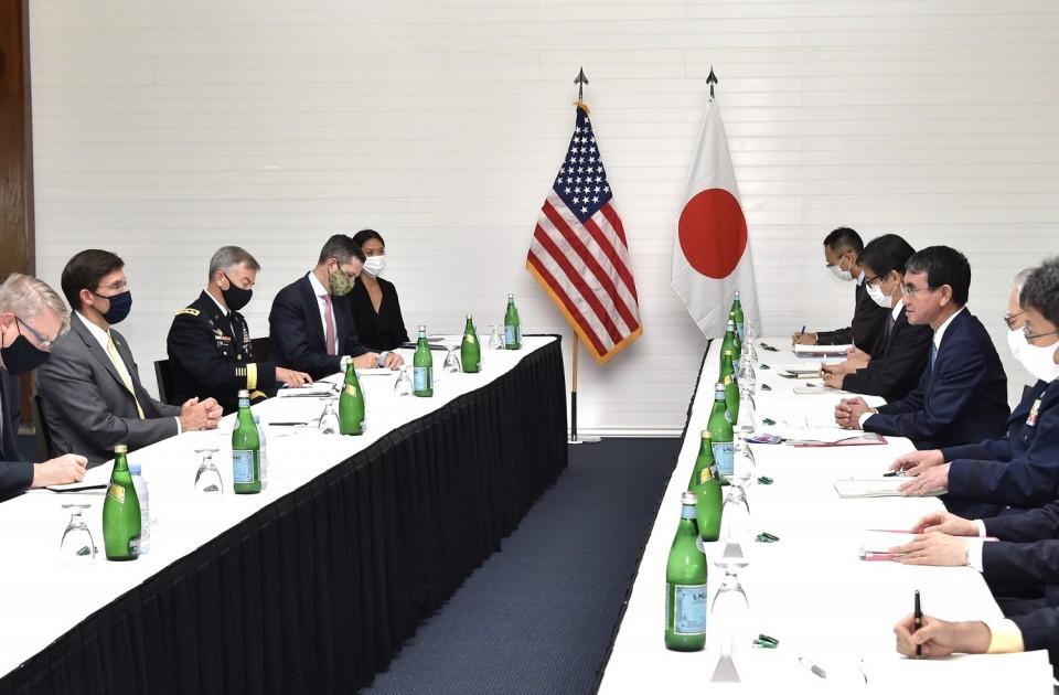 Bộ trưởng Quốc phòng Mỹ Mark Esper (thứ hai, bìa trái) và Bộ trưởng Quốc phòng Nhật Bản Taro Kono (không đeo khẩu trang) tại cuộc hội đàm hôm 29/8 ở đảo Guam. Ảnh: Kyodo.