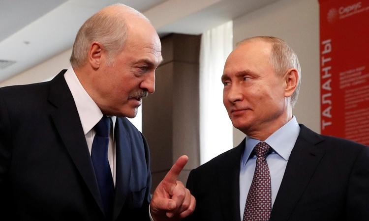 Tổng thống Nga Putin (phải) và Tổng thống Belarus Lukashenko gặp mặt tại Trung tâm Giáo dục Sirius ở Sochi, Nga, hồi tháng hai năm ngoái. Ảnh: Reuters.
