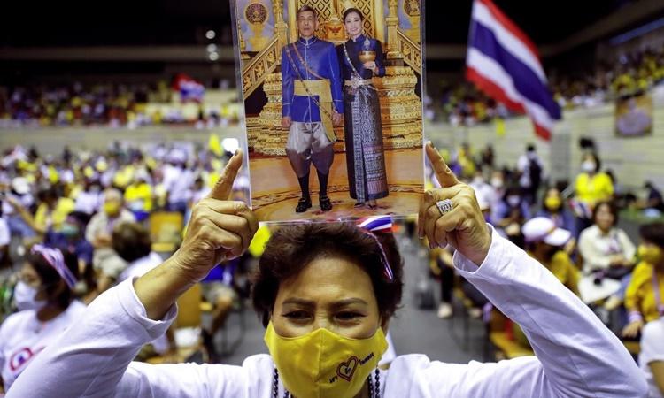 Thành viên nhóm Thai Pakdee tham gia cuộc mít tinh ủng hộ hoàng gia ngày 30/8 tại thủ đô Bangkok, Thái Lan. Ảnh: Reuters.