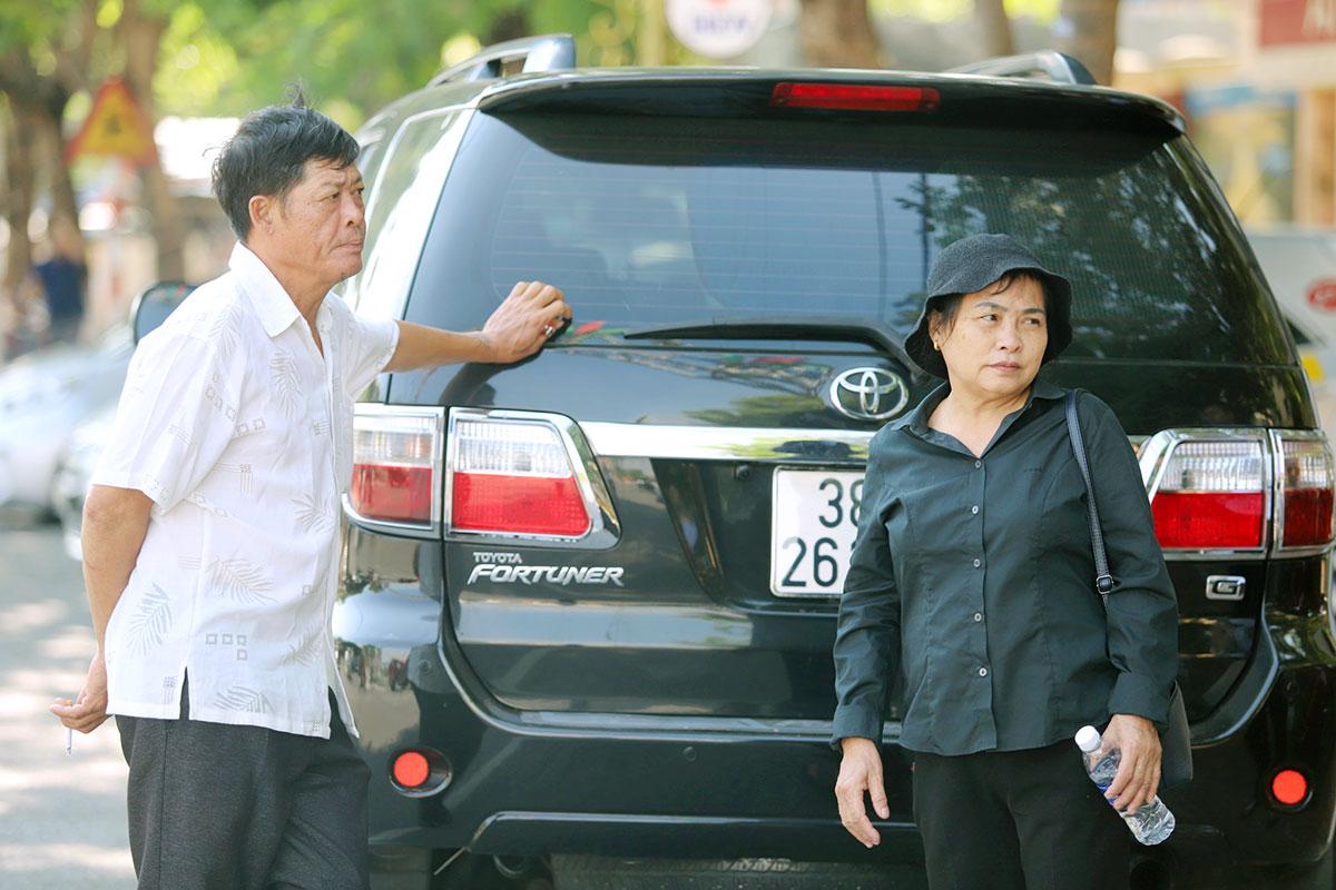 Ông Phạm Văn Thìn (bên trái, bố nạn nhân Trà My) cùng vợ trước cổng TAND Hà Tĩnh. Ảnh: Đức Hùng