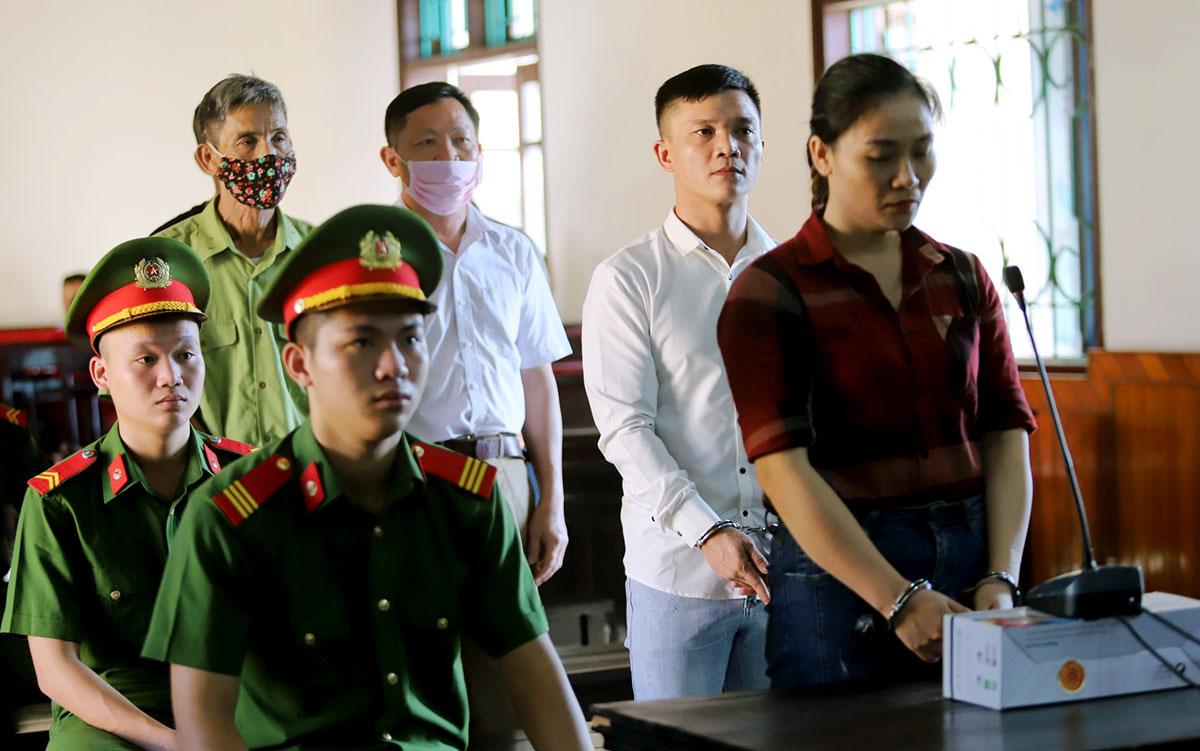 Bị cáo Hòa (áo sọc) và Trường (áo trắng, hàng thứ hai) tại tòa sáng 31/8. Ảnh: Đức Hùng