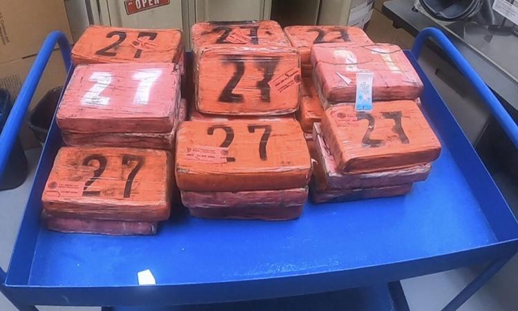 Lô hàng cocaine trôi dạt trên bãi biển Hollywood, bang Florida, Mỹ, hôm 24/8. Ảnh: Twitter/ Chief Patrol Agent John R. Modlin.