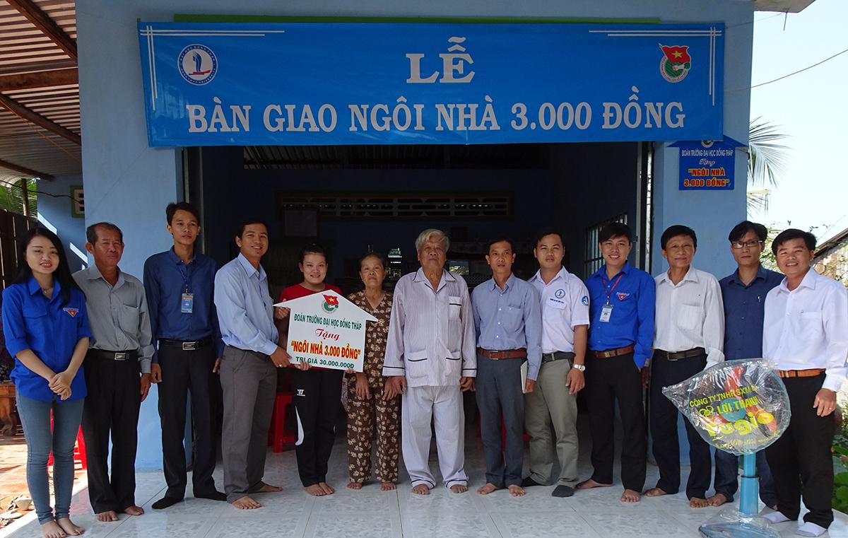 Sinh viên Đại học Đồng Tháp bàn giao một ngôi nhà 3.000 đồng. Ảnh: Long Hồ