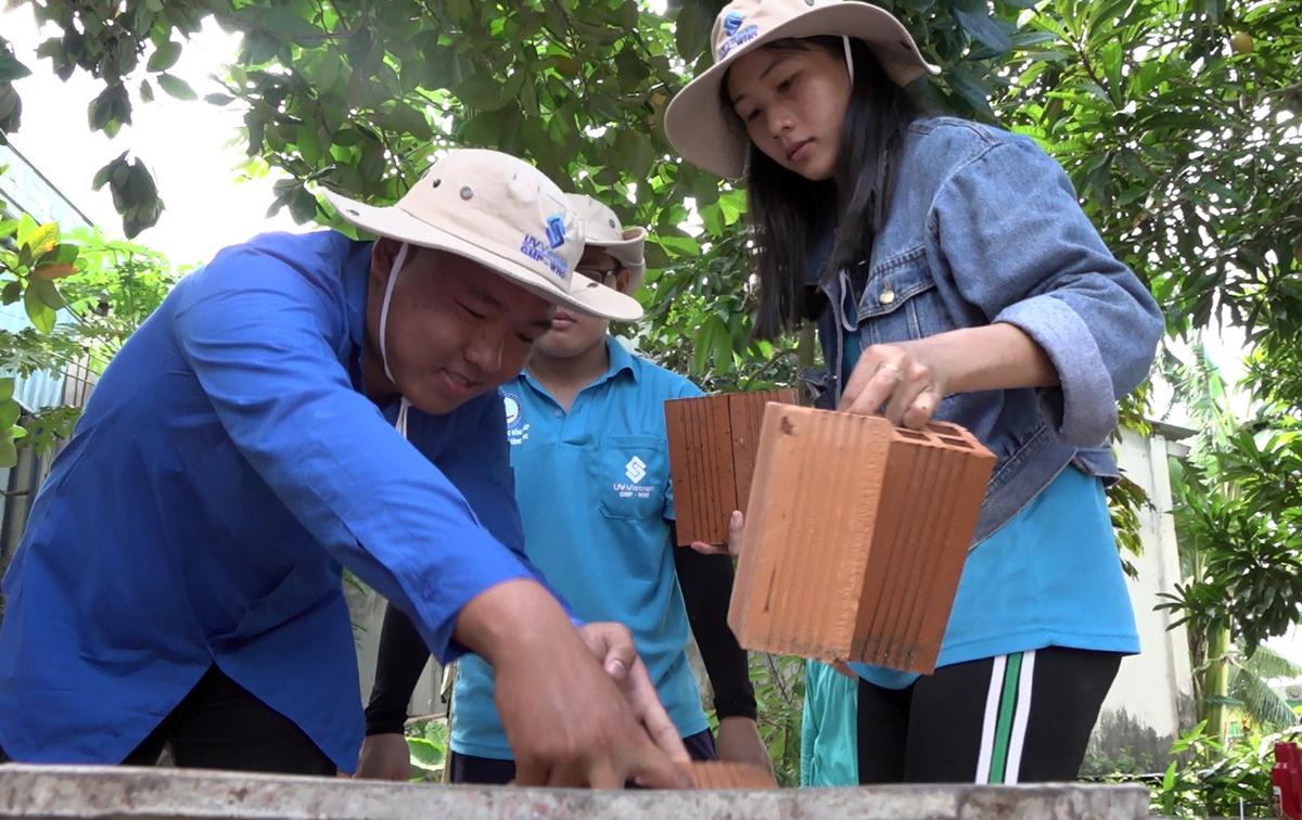 Các sinh viên Đại học Đồng Tháp xây nhà gia đình bạn học có hoàn cảnh khó khăn. Ảnh: Long Hồ