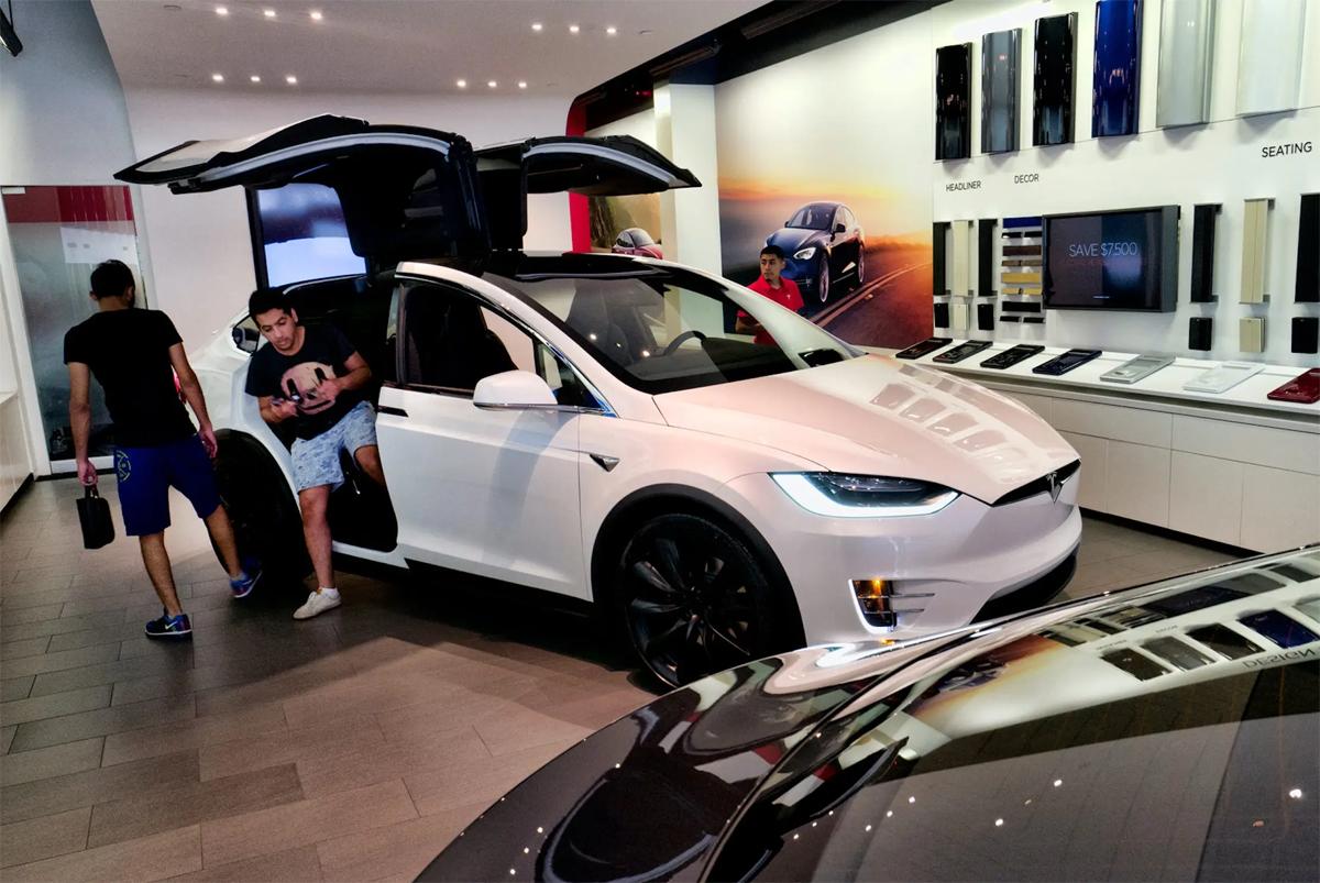 Một chiếc Tesla Model X tại cửa hàng trưng bày ở Santa Monica, bang California, tháng 8/2018. Ảnh: AP