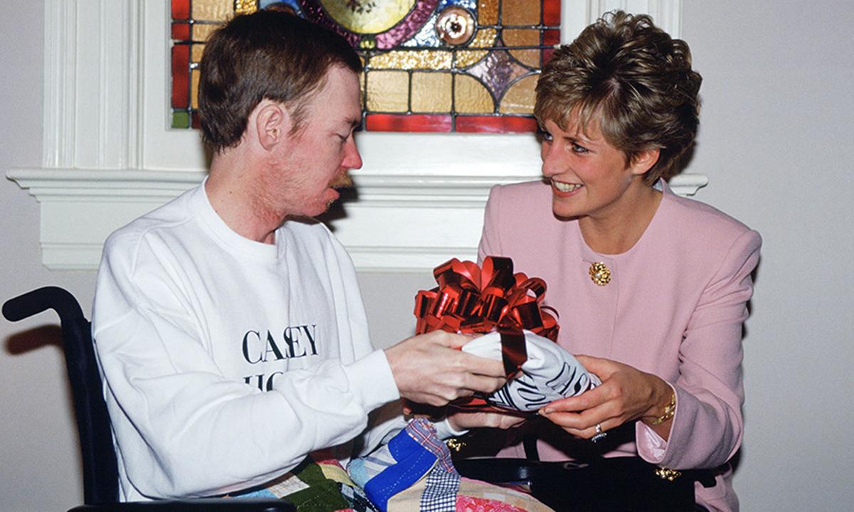 Công nương Diana (phải)  tặng quà cho bệnh nhân AIDS tại Toronto, Canada năm 1991. Ảnh: Hellomagazine.