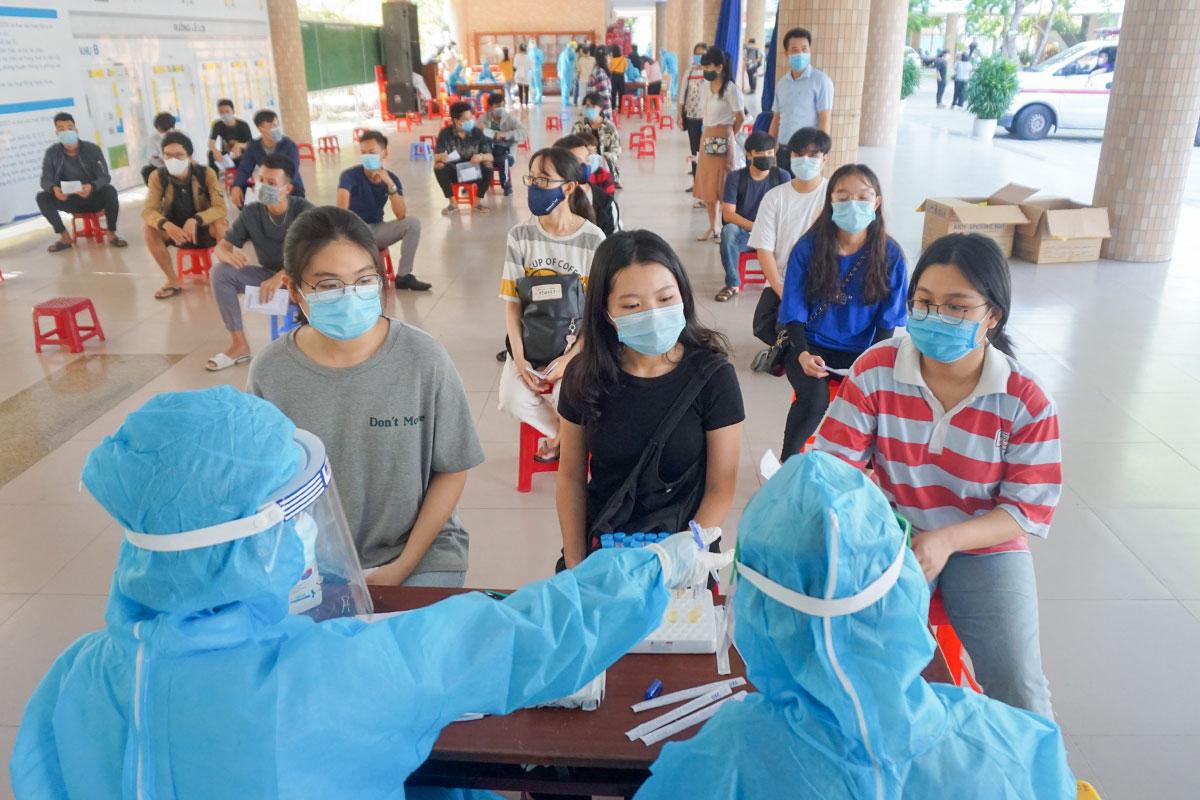 Học sinh chờ lấy mẫu xét nghiệm tại điểm thi THPT Phan Châu Trinh. Ảnh: Nguyễn Đông.