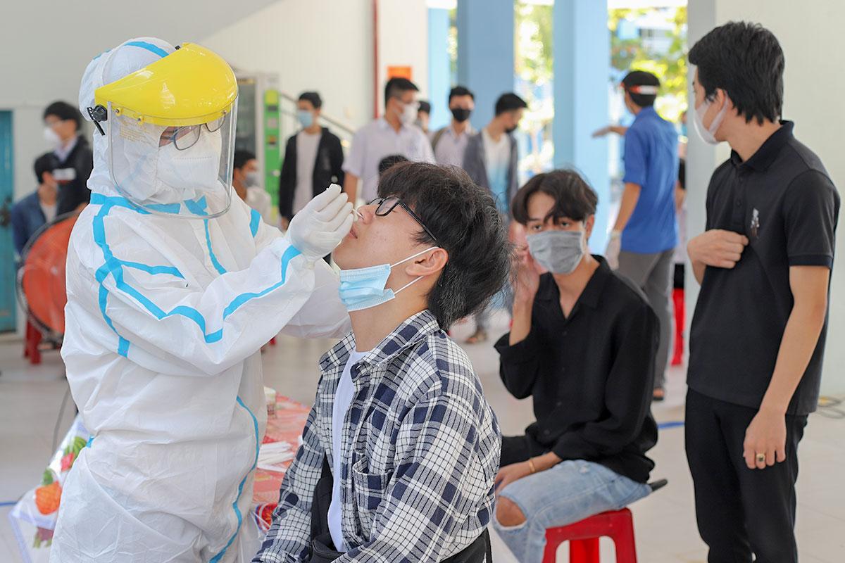 Học sinh lấy mẫu xét nghiệm tại trường THCS Nguyễn Văn Linh, quận Cẩm Lệ, sáng 31/8. Ảnh: Nguyễn Đông.