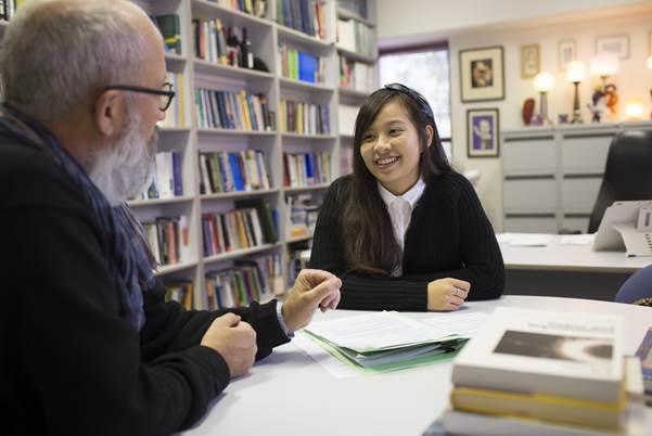 Sinh viên Đại học Wollongong đang thảo luận cùng giảng viên.
