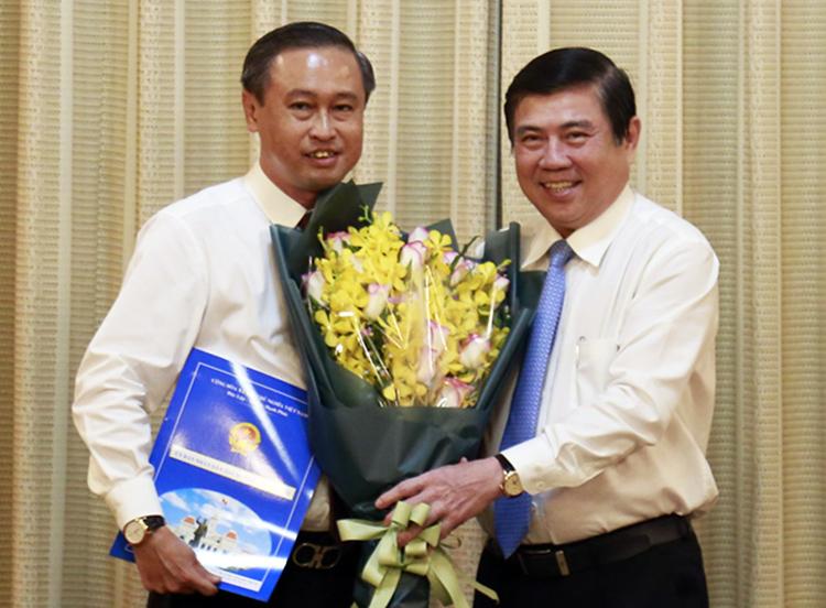 Chủ tịch UBND TP HCM Nguyễn Thành Phong (phải) trao quyết định cho ông Huỳnh Thanh Nhân. Ảnh: Trung Sơn