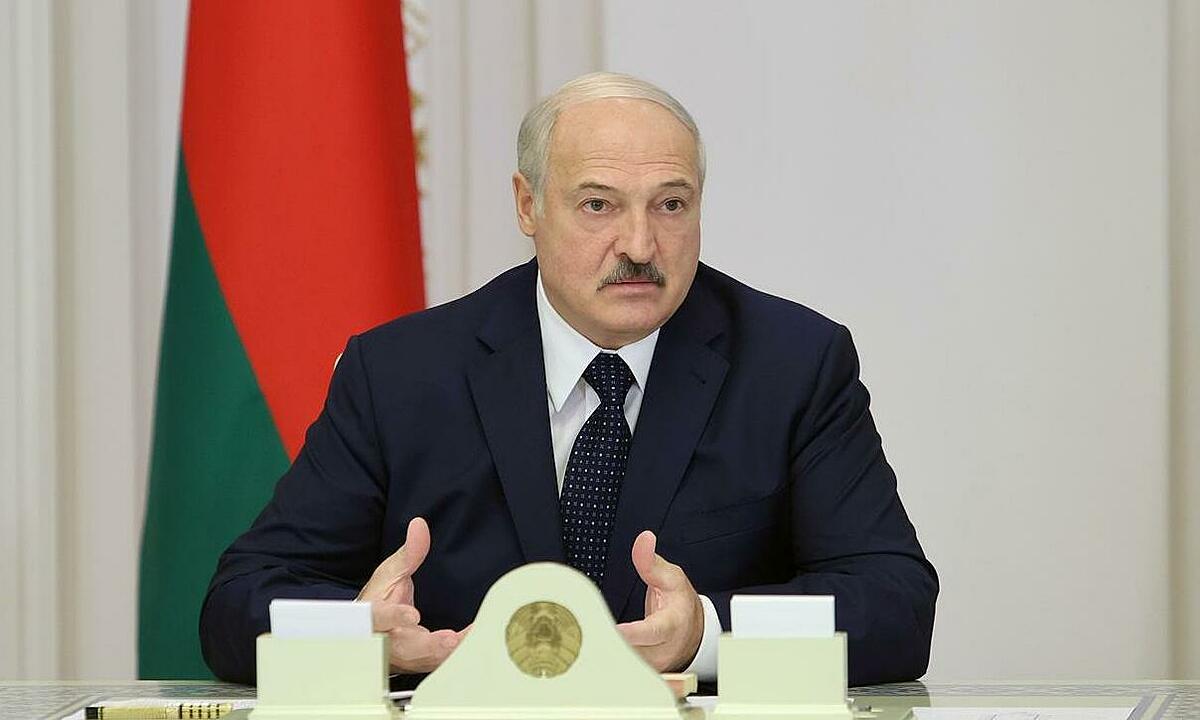 Tổng thống Belarus Alexander Lukashenko chủ trì cuộc họp tại Minsk ngày 27/8. Ảnh: Reuters.