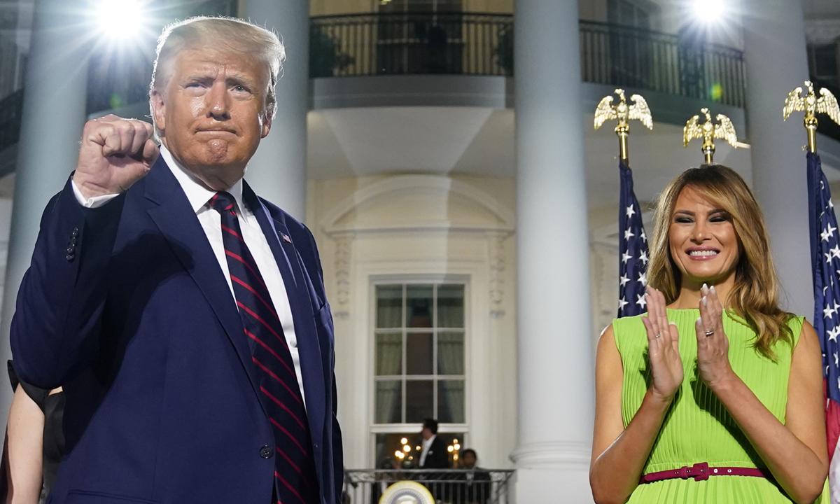 Tổng thống Donald Trump (trái) và Đệ nhất phu nhân Melania tại Hội nghị Toàn quốc đảng Cộng hòa ở thủ đô Washington tối 27/8. Ảnh: AP.