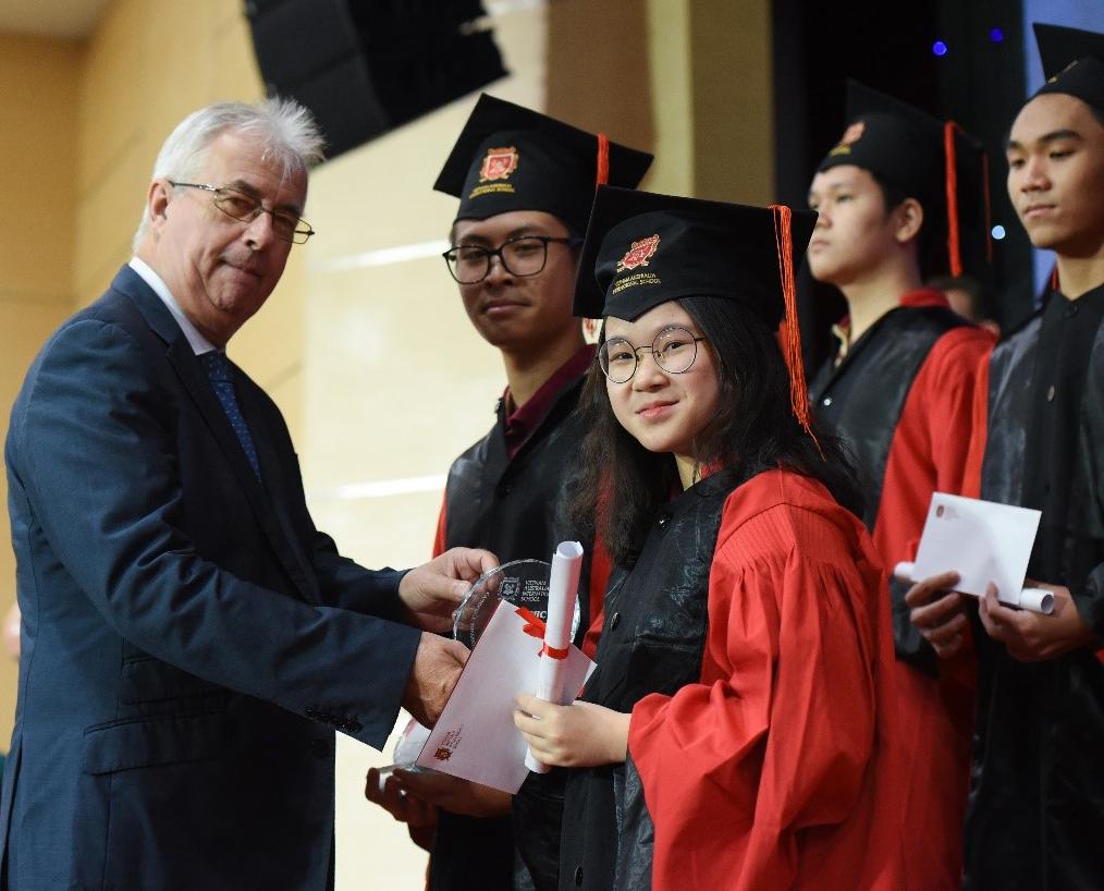 Học sinh nhận khen thưởng thành tích học tập tốt trong năm học 2019-2020.