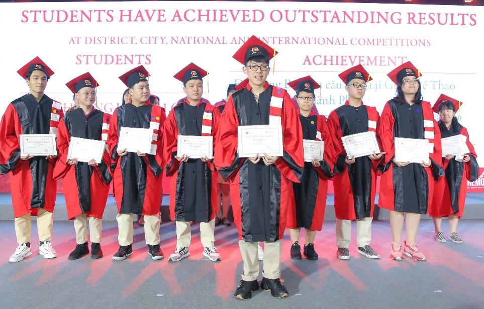 Kết thúc năm học 2019-2020, nhiều học sinh lớp 12 tại VAS đạt thành tích tốt và nhận khen thưởng.