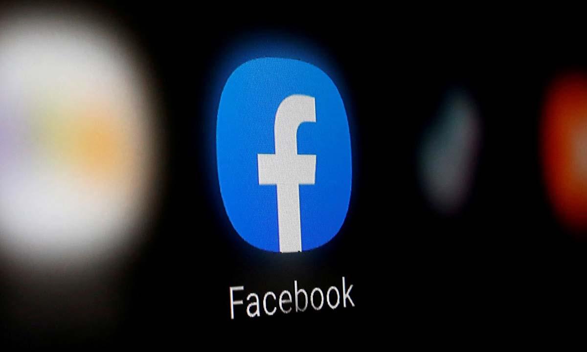 Biểu tượng Facebook trên màn hình một chiếc smartphone. Ảnh: Reuters.