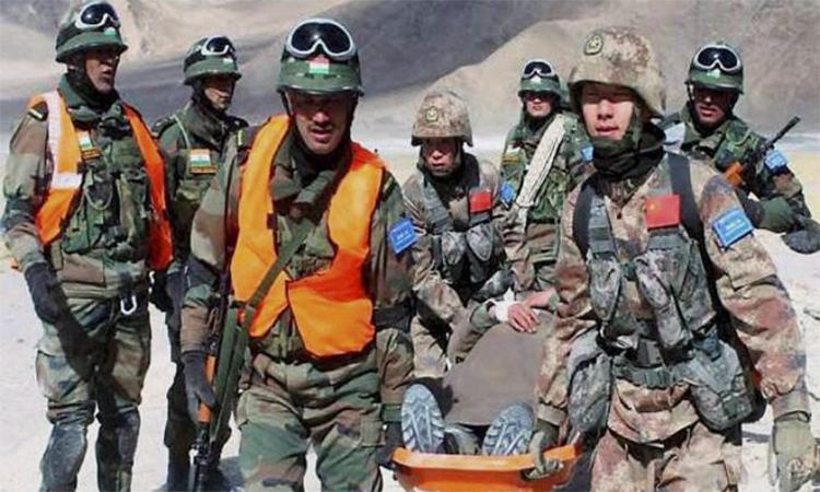 Binh sĩ Ấn Độ (quân phục xanh đậm) và Trung Quốc (quân phục nâu vàng) diễn tập cứu hộ cứu nạn ở vùng Chushui-Moldo, khu vực Ládakh, tháng 2/2016. Ảnh: PTI.