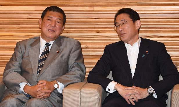 Cựu bộ trưởng quốc phòng Nhật Shigeru Ishiba (trái) và cựu ngoại trưởng Nhật Fumio Kishida trò chuyện trước một cuộc họp nội các ở Tokyo hồi tháng 8/2016. Ảnh: Mainichi.