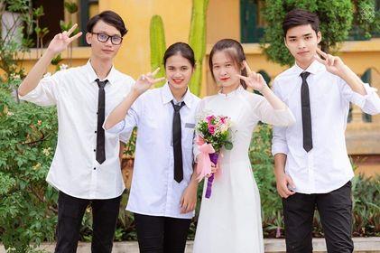 Hoàng Văn Quyến (bên phải) cùng các bạn học. Ảnh: nhân vật cung cấp