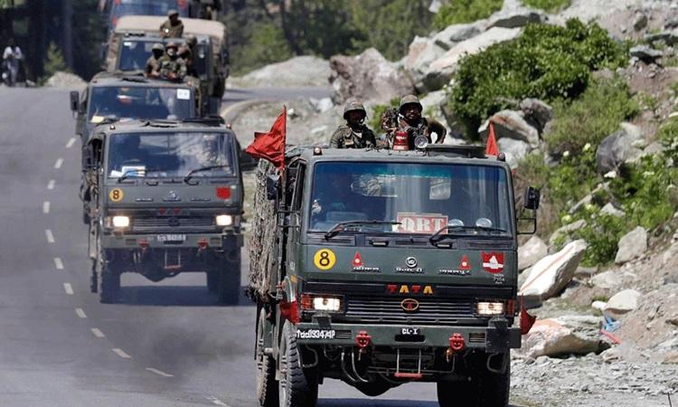 Đoàn xe của quân đội Ấn Độ di chuyển dọc theo đường cao tốc dẫn tới Ladakh hồi tháng 6. Ảnh: Reuters.