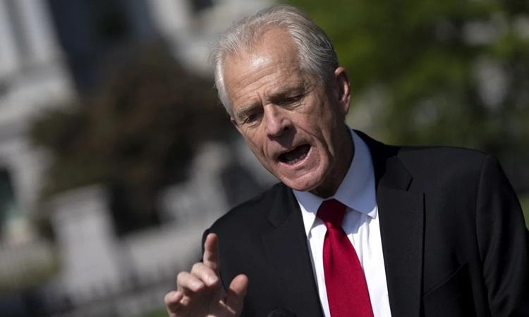 Cố vấn Thương mại Nhà Trắng Peter Navarro trả lời báo chí bên ngoài Nhà Trắng hôm 25/8. Ảnh: Reuters.