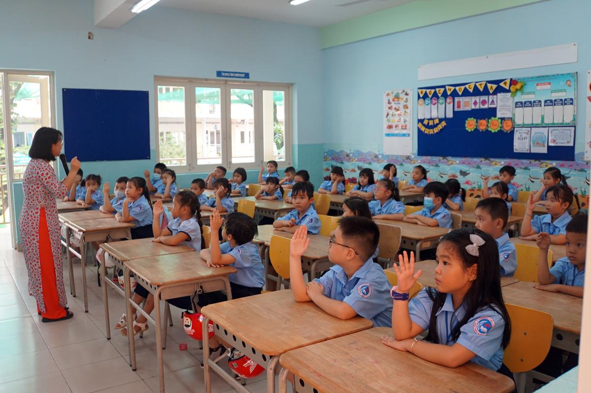 Giáo viên chủ nhiệm trưởng Tiểu học Đinh Tiên Hoàng sinh hoạt cùng học sinh trong ngày tựu trường 1/9. Ảnh: Mạnh Tùng