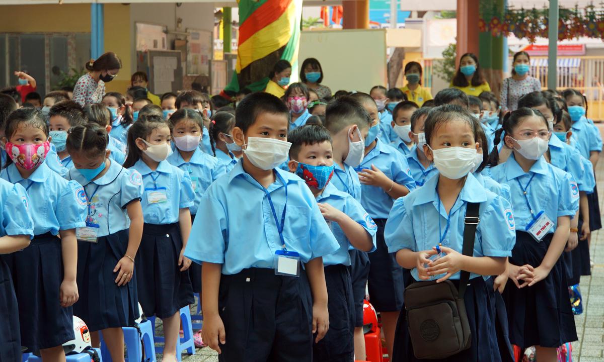 Học sinh lớp 1 trường Tiểu học Đinh Tiên Hoàng (quận 1) tập trung tại sân trường sáng 1/9. Ảnh: Mạnh Tùng