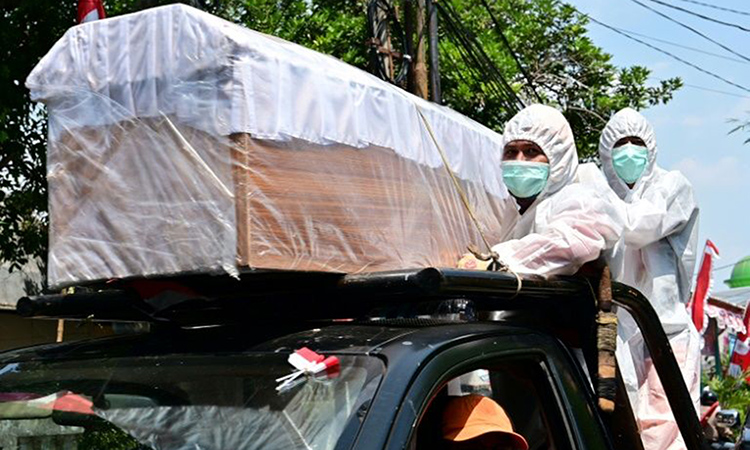 Một chiếc quan tài được diễu hành bằng xe tải ở khu phố Cilandak, thủ đô Jakarta hôm nay. Ảnh: AFP.