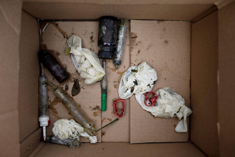 Những rác thải y tế Covid-18 được thu thập trên sông Cisadane, thành phố Tangerang, tỉnh Banten, Indonesia. Ảnh: Reuters.