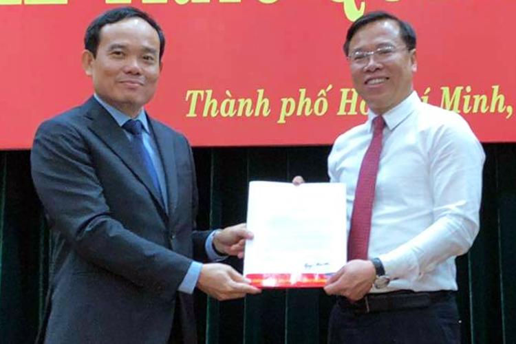 Phó bí thư thường trực Thành uỷ Trần Lưu Quang (trái) trao quyết định bổ nhiệm cho ông Điệp. Ảnh: Trung Sơn