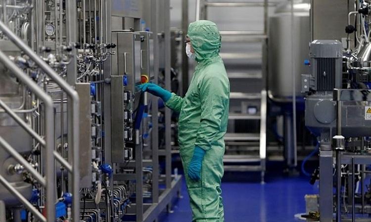 Một nhân viên kỹ thuật làm việc tại cơ sở sản xuất vaccine của CanSino Biologics tại Thiên Tân, Trung Quốc năm 2018. Ảnh: Reuters.