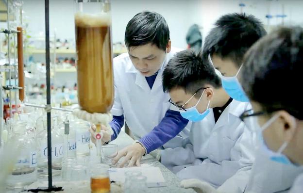 Tại phòng thí nghiệm của Viện Hóa sinh biển – Viện Hàn lâm Khoa học và Công nghệ Việt Nam, Tiến sĩ Lê Nguyễn Thành hướng dẫn nhóm Tử Minh thực hiện dự án về keo ong dú.