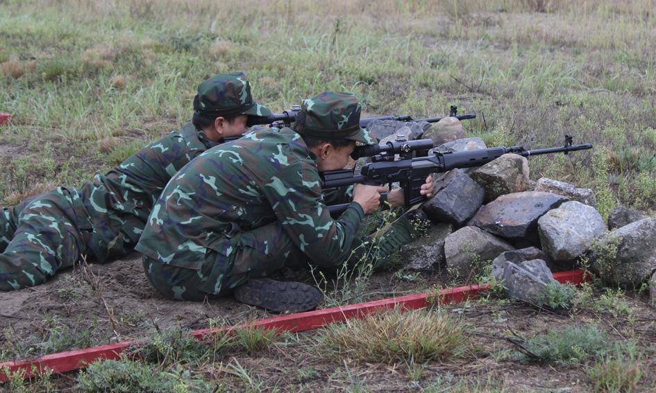 Cặp xạ thủ Việt Nam trước giờ thi đấu ở Belarus hôm 1/9. Ảnh: Bộ Quốc phòng Nga.