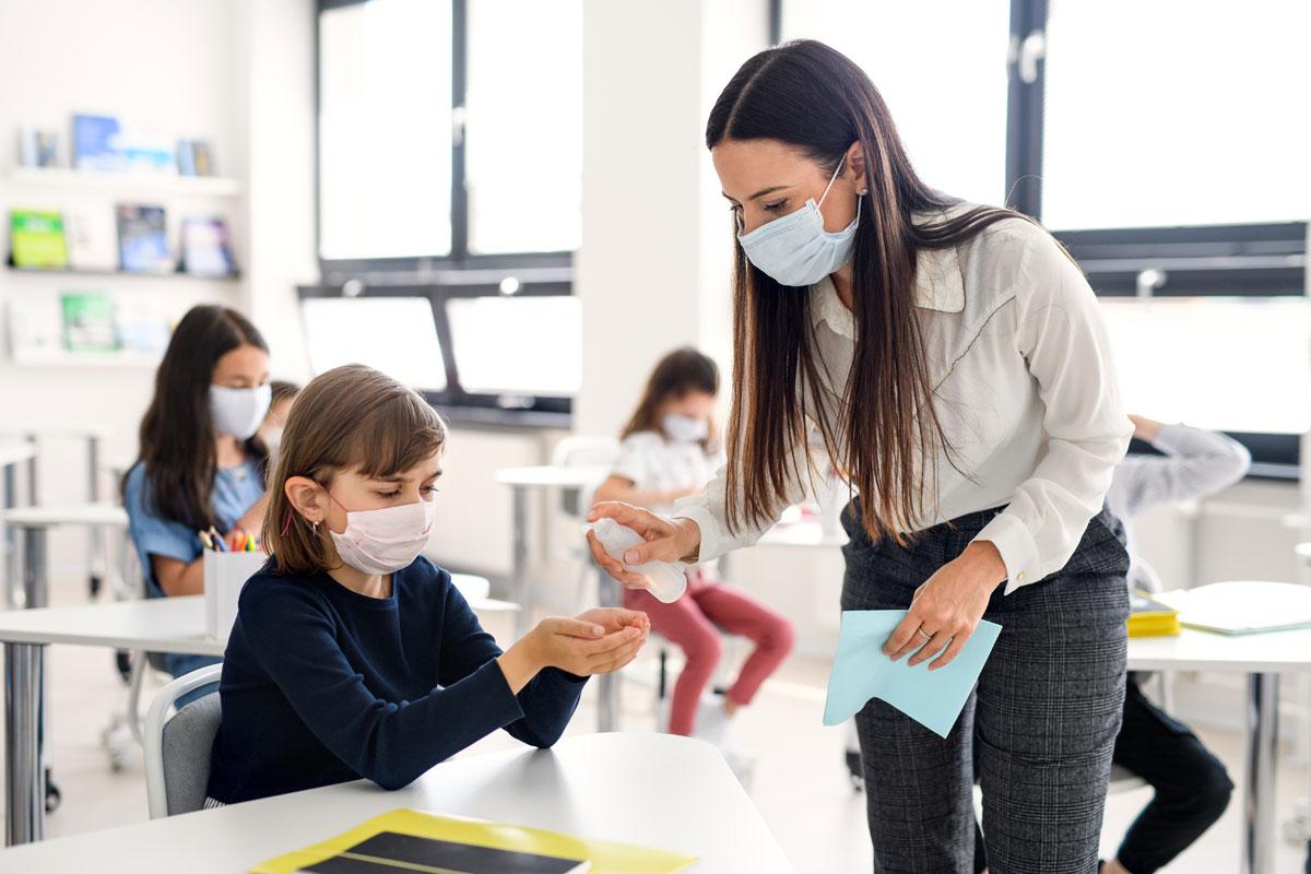 Mùa dịch, học sinh đến trường phải đeo khẩu trang và thực hiện giãn cách. Ảnh: Shutterstock.