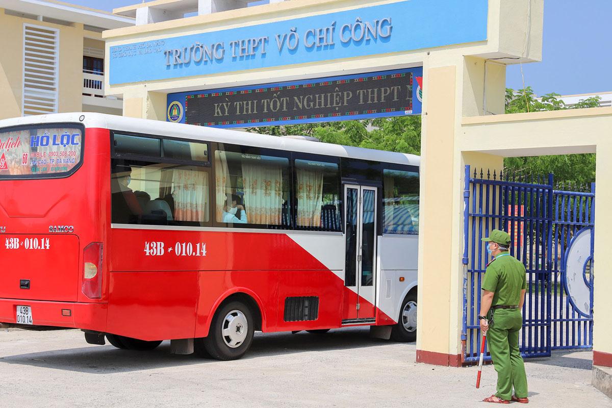Xe khách đưa thí sinh vùng phong tỏa đến điểm thi trường Võ Chí Công chiều 2/9 để làm thủ tục dự thi. Ảnh: Nguyễn Đông.