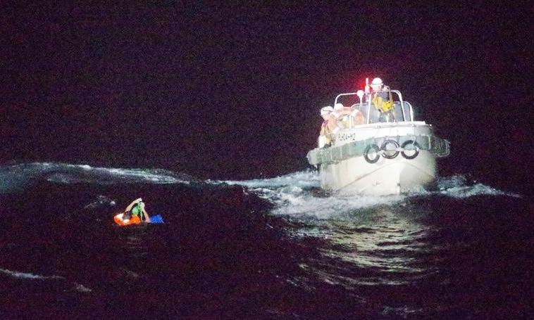 Thủy thủ quốc tịch Philippines lênh đênh trên biển khi được tìm thấy tối ngày 2/9. Ảnh: AFP