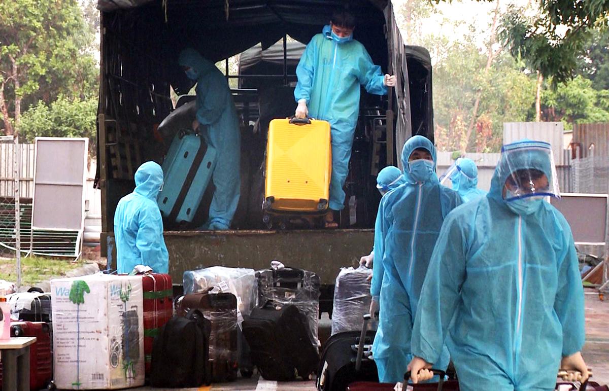 Lực lượng chức năng đưa hành lý người dân từ Kuwait về nước, đến cách ly tập trung tại thị xã Phú Mỹ, Bà Rịa - Vũng Tàu, hôm 18/6. Ảnh: Mạnh Khá.